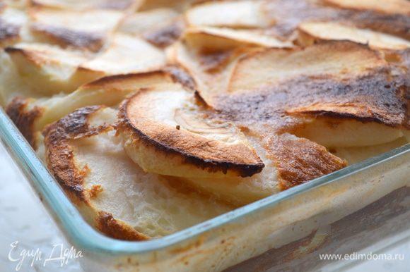 выпекать 40 минут при 220 градусах. Готовый десерт остудить, посыпать пудрой и подавать на стол.