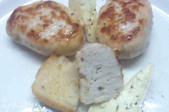 С любым мягким сыром (Бри, Камамбер). Подать сыр прямо на горячих котлетках. Или рядом. Он потечет и превратится в соус. Такие котлетки великолепны для пикника.