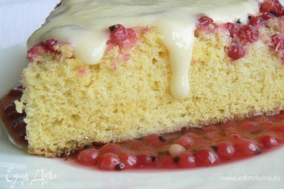 для подачи; Налить на тарелку ягодный соус, на него положить кусочек бисквита и полить ванильным соусом.