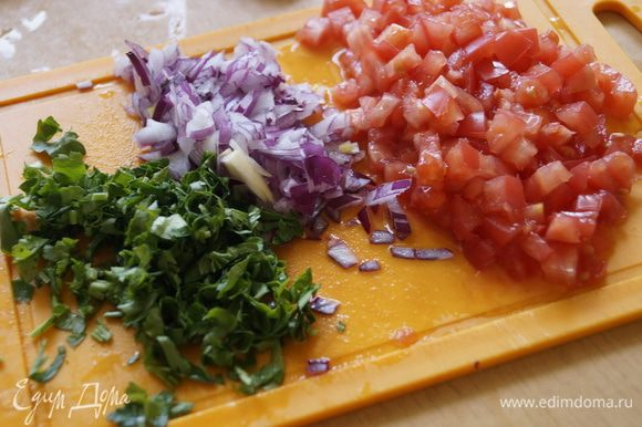 Нарезать мелко помидор, лук и зелень петрушки