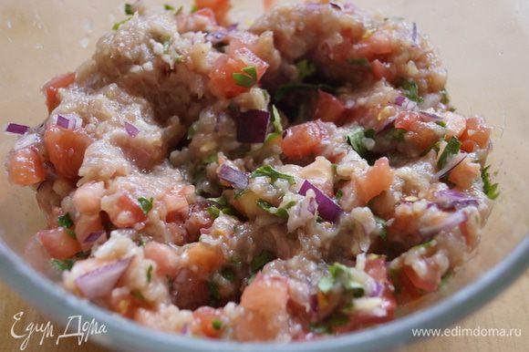 В фарш добавить соль, перец, сливочное масло и мелко нарезанные овощи. Хорошо перемешать