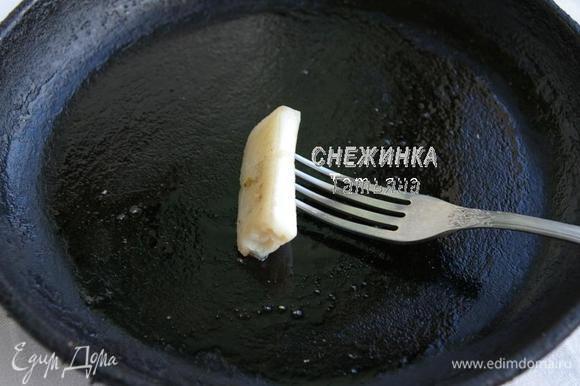 Перед каждым блином сковороду (лучше чугунную) щедро смазываем кусочком сала.