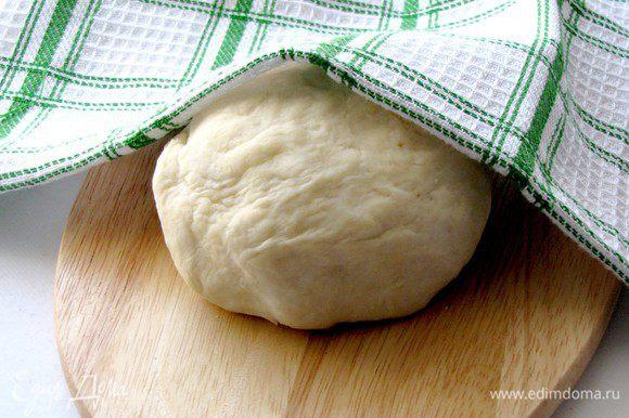 Подсыпьте половину оставшейся муки и вымешивайте снова, не меньше 10 минут, затем снова отложите под полотенце на 30 минут. Добавьте оставшуюся муку и вымесите тугое тесто. Возможно муки понадобится больше или меньше. Оставьте его под полотенцем еще на 30 минут.