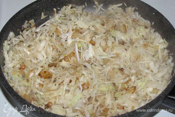 Затем добавьте капусту, влейте намного грибного отвара и тушите на среднем огне 10 минут.
