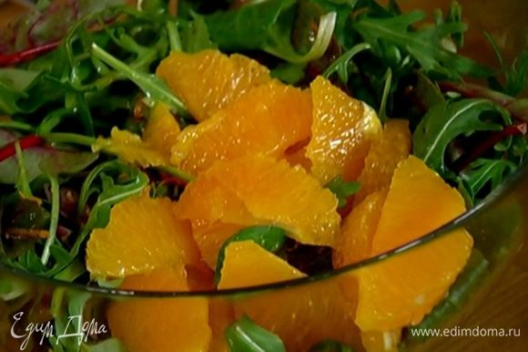 Листья салата соединить с мякотью апельсина и 1 ч. ложкой цедры.