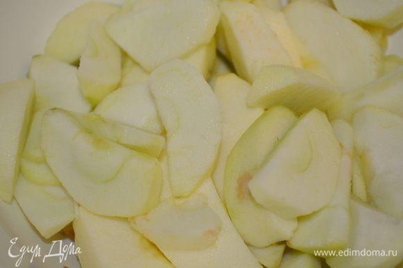 яблоки помыть, почистить и нарезать на кубики