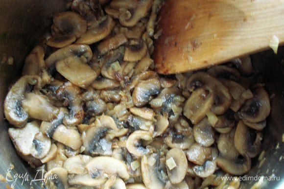Лук обжарить на сливочном масле, положить грибы и жарить до золотистого цвета.