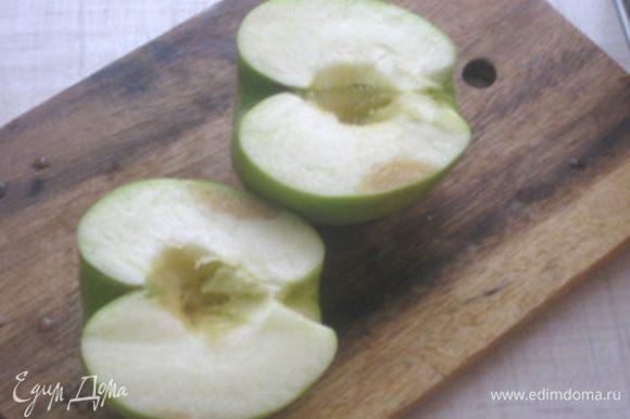 Яблоко разрезать, удалить серцевину и хвостик.