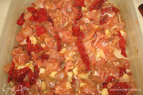 Порежем вяленые помидоры кусочками и добавим их к мясу.