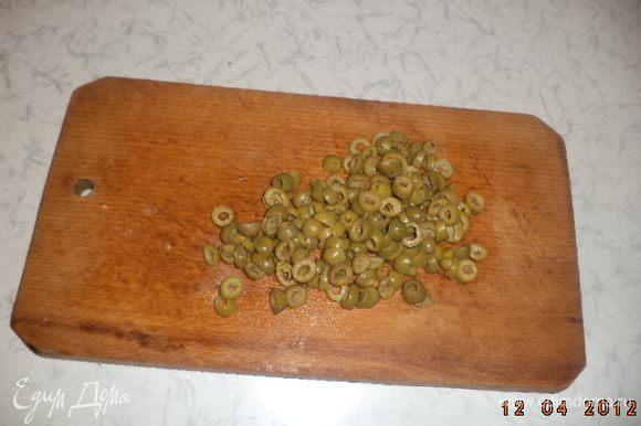 Оливки нарезать колечками.