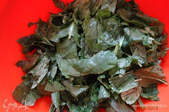 Порвать на несколько частей листья, присыпать сахаром и помять руками. Можно запарить щавель кипятком или на пару, отжать воду и присыпать сахаром, тогда формировать мешочки будет легче.