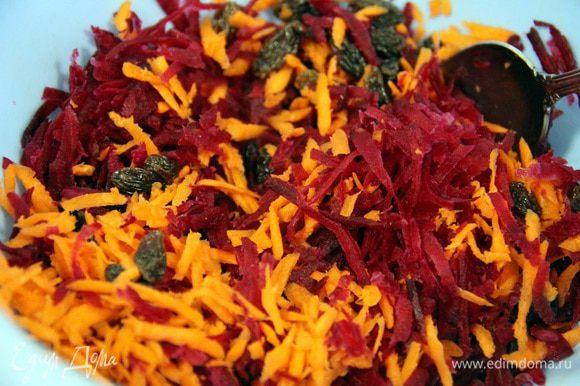 Затем немного подсушить свеклу с помощью бумажного полотенца и добавить к моркови. Туда же добавляем изюм и перемешиваем.
