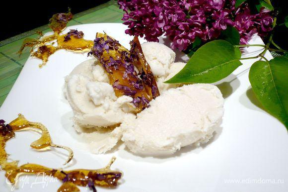 Подаем наше мороженое, «популяря изыски», украсив леденцами с сиренью! Приятного Вам аппетита!