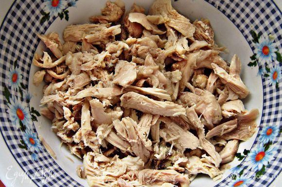 Кусочки курицы вынуть из бульона, отделить мясо от костей. Лук и лаврушку удалить из бульона. Морковку размять.