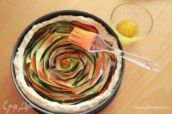Верх пирога смазать оливковым маслом.