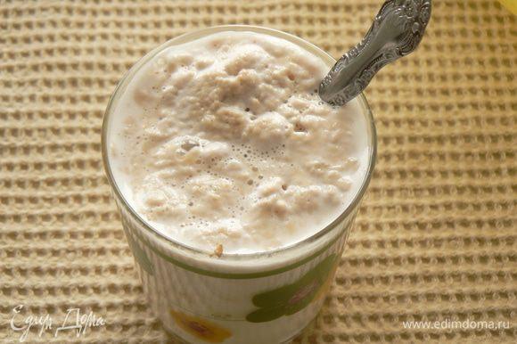 В молоке развести дрожжи с сахаром и оставить в тёплом месте на 15-20 мин..