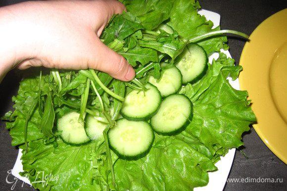 На салат выложить нарезанный кольцами огурец, затем выложить руколу. Клубнику нарезать на 4 части (не 1 порцию нужно около 10-12 шт.), разложить по зелени равномерно. Полить все это дело оливковым маслом и бальзамическим уксусом (по вкусу).