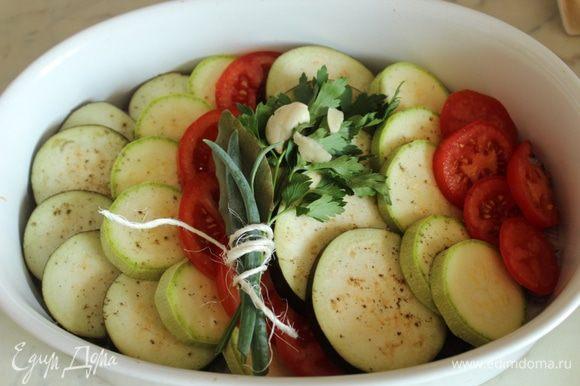 Положить букет гарни и раздавленный чеснок на овощи, посыпать солью и перцем...