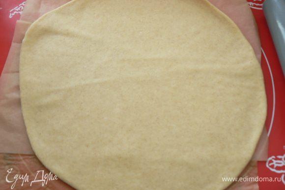 тесто раскатать прямо на бумаге для выпечки толщиной 5 мм, центр посыпать сухарями (я забыла)