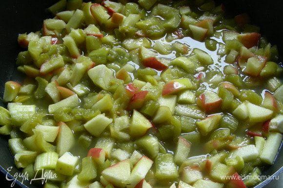 В сотейнике растапливаем масло, добавляем яблоки и ревень, сахар и специи (у меня ванильный сахар и имбирь) и готовим 5-7 минут до мягкости фруктов. Даем немного остыть. Фрукты могут выделить сок, в таком случае лучше откинуть готовую начинку на сито.