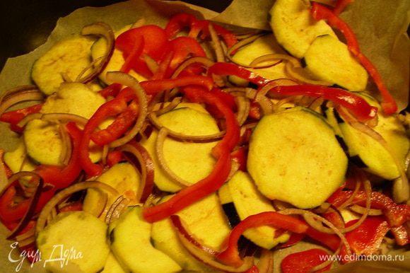 Баклажан, лук и перец перемешиваем с 1 ст.л. оливкового масла, солью и перцем по вкусу. Выкладываем в форму и запекаем в духовке 10 минут.