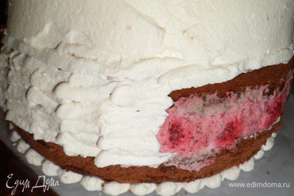 Достаем из холодильника торт и обмазываем и украшаем сливками по желанию. Слой, там где малиновый крем, советую украсить марципановой лентой, малина красит сливки.