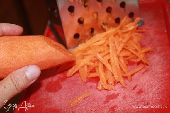 Морковь вымыть, очистить и натереть на крупной терке. Добавить к луку с чесноком.