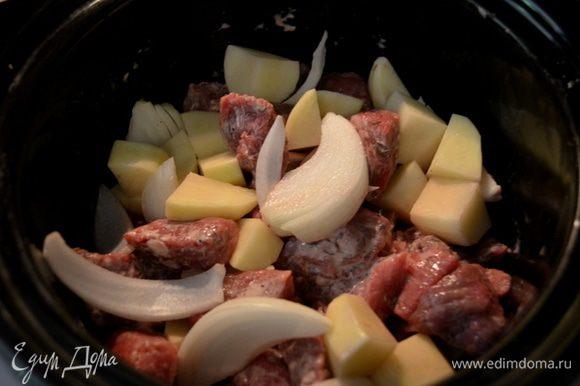 Говядину смешать с крахмалом,добавить затем лук и картофель . Переложить все в слоукукер.