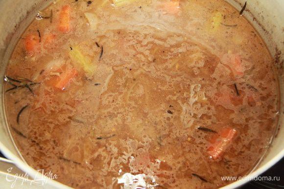 Приготовить соус к рулету. Овощи с пивным соусом взбить блендером. Для загущения можно добавить 1 ст.л. муки (я не добавляла).