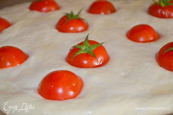 вставляем половинки помидорок в эти отверстия и еще раз смазываем маслом.
