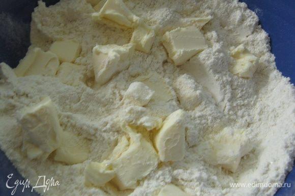 Делаем тесто: достаем мучную смесь из морозилки и масло из холодильника, добавляем масло в смесь и растираем руками в крошку, но не усердствуя, чтобы остались небольшие кусочки.