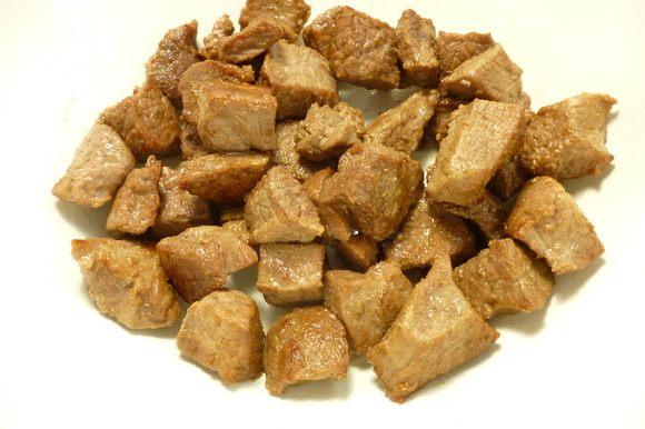 Мясо обжарить в сковороде на растительном масле до светлой золотистой корочки,поместить в посуду,в которой вы будете готовить гуляш.По желанию можно еще обжарить и небольшой кусок нарезанного мелко бекона.