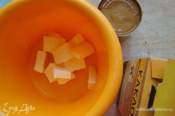 Крем. Мягкое масло взбиваем с какао и сгущенкой