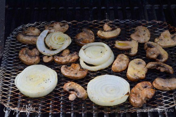 Рибай и лук смажем оливковым маслом. Посолим и поперчим. Выложим лук и грибы на разогретый гриль и готовим 10 мин. примерно грибы и 14 мин. лук.