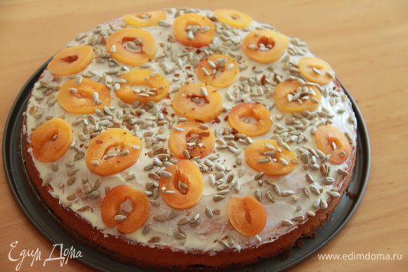 Сверху бисквит я смазала растопленным белым шоколадом (когда пирог постоит в холодильнике, шоколад так приятно хрустит!), украсила абрикосом и слегка поджаренными семечками. Угощайтесь! Здравствуй, лето!