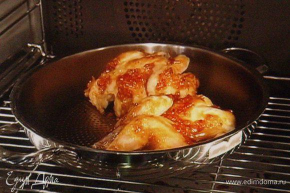 Сделать маринад из порошков чили и сладкой паприки, сока и цедры 1/2 лайма или лимона, соли и оливкового масла. Натереть им цыпок и поместить в духовку при температуре 160°, запечь до готовности.