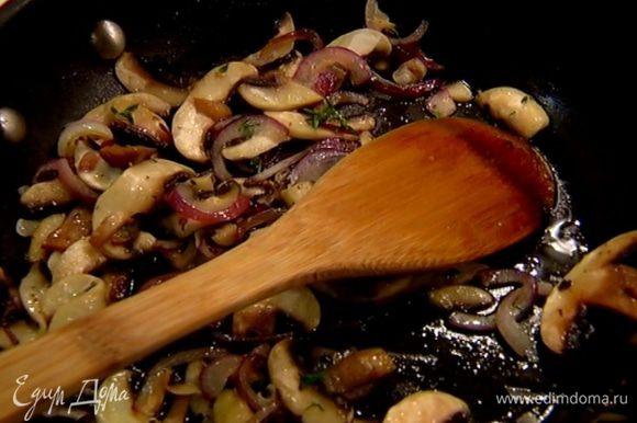 Выложить к луку грибы, посолить, поперчить, добавить листья тимьяна и обжарить все еще немного.