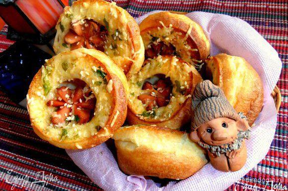 Кому нравится несладкий вариант похожих булочек,можно приготовить такие,с сосисками...(http://www.edimdoma.ru/retsepty/46927-bulochki-sosiski-v-norke-na-olivkovom-masle)