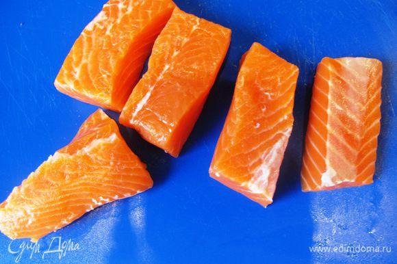 Филе лосося порежьте на крупные куски.