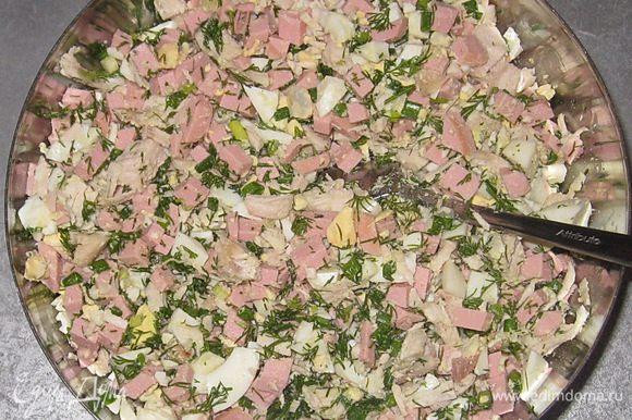 Добавить зелень в салат и хорошо перемешать.