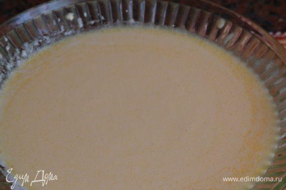 Отдельно венчиком взбиваем яйцо и растительное масло до получения эмульсии (это очень быстро), добавляем кефир и все смешиваем.