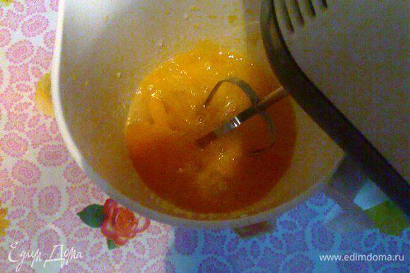 Теперь займёмся приготовлением бисквита. Яйца взобьём с сахаром и щепоткой соли с помощью миксера. В стакане кефира погасить уксусом ложку соды.