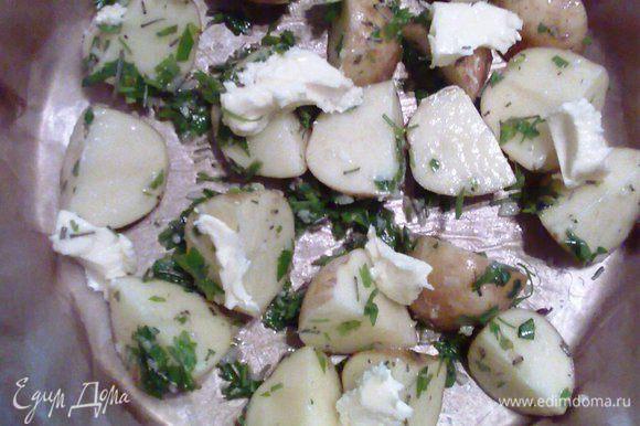 Картофель выложить в форму, сверху положить кусочки сливочного масла. Выпекаем в разогретой духовке при 200° ~40 минут. Картошка готова!