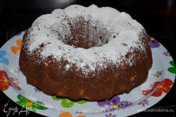 Достанем из духовки и дадим остыть примерно 10 мин. в форме. Перевернем на блюдо, присыпаем по желанию сахарной пудрой и разрежем на порции.