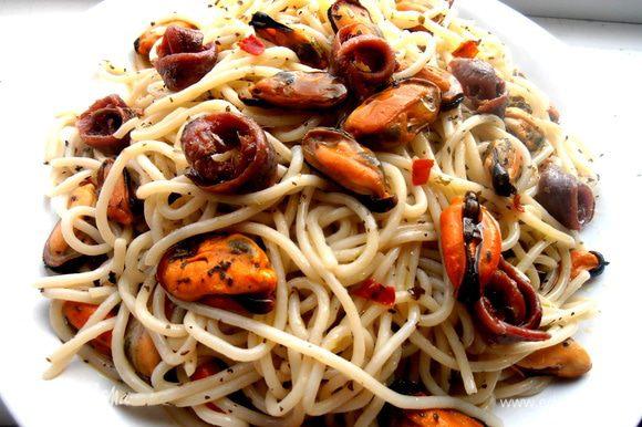 И украшаем анчоусами спагетти... Баночки хватает на две порции!