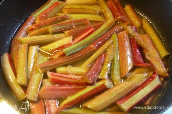 В сковороде растапливаем сливочное масло, выкладываем ревень и готовим его минут 5. Посыпаем сахаром, встряхиваем сковороду или аккуратно перемешиваем. Ждем минуту-другую, пока сахар растопится.