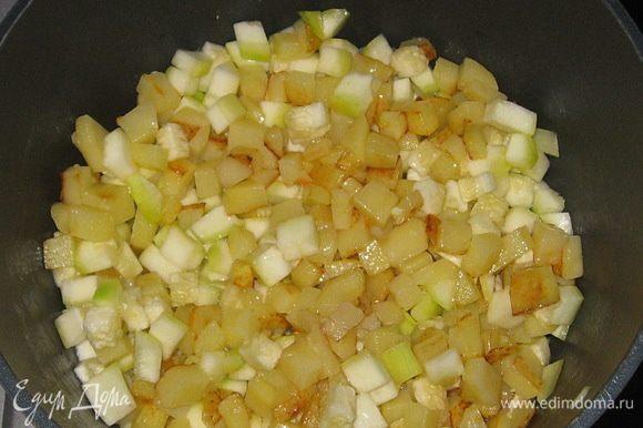 К обжаренной картошке добавить кабачок, перемешать.