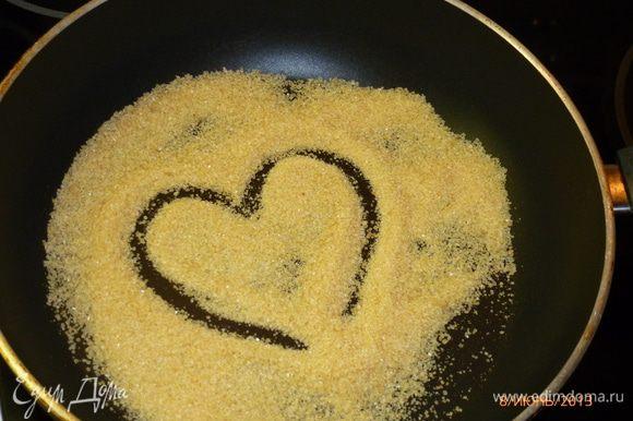 На сухую сковородку насыпаем сахар.