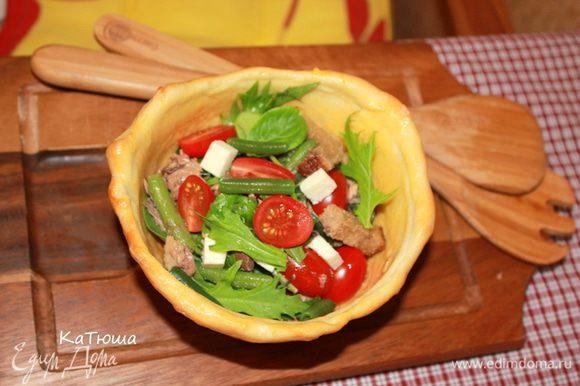 Разложите по хлебным тарелочкам, сверху уложите кусочки тунца, половинки помидоров черри, кубики феты. Посыпьте сухариками. Салат готов.