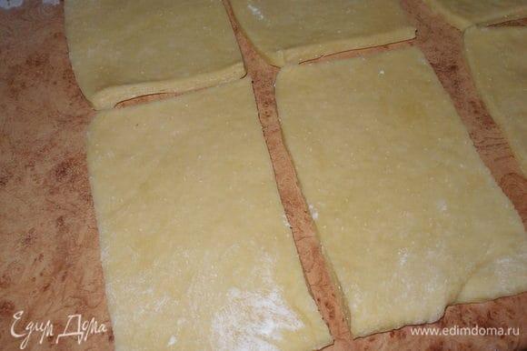 Тесто слегка обмять и вымесить с 1 ст.ложкой муки (+..-) муки. Положить на слегка посыпанную мукой рабочую поверхность и раскатать в прямоугольный пласт. Разрезать прямоугольник на равные полосы, затем на квадраты. Каждый квадрат смазать растопленным маслом.